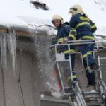Pozor na padající sněhové převisy a rampouchy