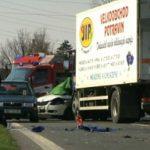 U Píšťov havarovala dvě auta, jeden člověk zemřel