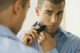Kvůli holení stráví i muži celé hodiny před zrcadlem