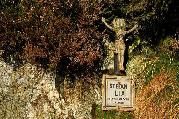 Dixův kříž ve výstupu k bývalé Obří boudě připomíná tragickou smrt zdejšího chataře.
