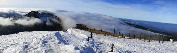 Pohled z vrcholu Sněžky na Studniční horu (1554 m) a Úpskou jámu.