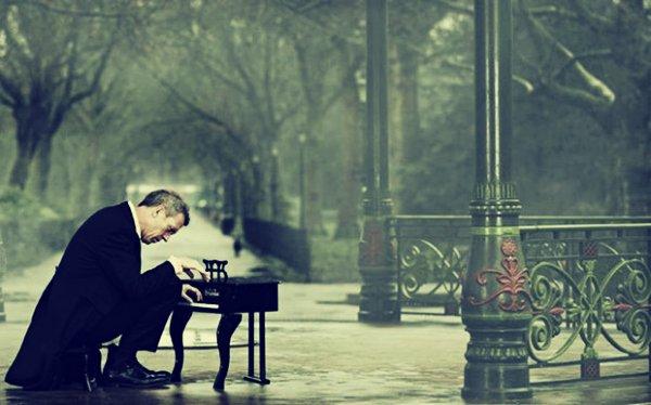 Charizmatický Hugh Laurie zazpívá v Praze