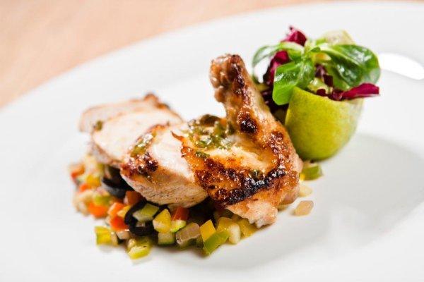 Pečené kuřecí prso s marinádou máty peprné s limetou, posazené na grilované zelenině | foto: Tomáš Malý