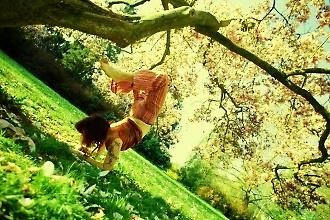 Vrščika ásana (pozice štíra) pod magnolií, foto: archiv Drahomíry Bačkorové