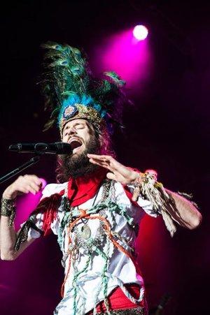 Frontman fenomenálních Crystal Fighters se svojí úchvatnou a extravagantní čelenkou, foto: Jindřich Oplt