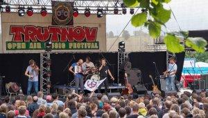 Skvělá česká kapela Zrní plná mnohonásobných talentů - jejich bubeník zahrál na harmoniku a předvedl skvělý beatbox, zatímco jejich zpěvák dokázal zpívat a doprovázet se přitom pantomimu.