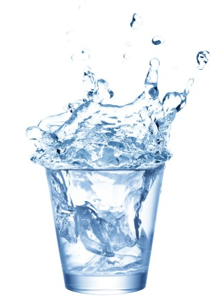 Co se děje, když pijete vodu nalačno