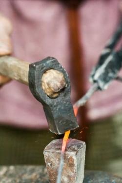 Letošní oslavy slunovratu v Křivolíku se ponesou v duchu starého bronzířského řemesla