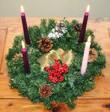 Tradiční adventní věnec má mít tři fialové a jednu růžovou svíčku