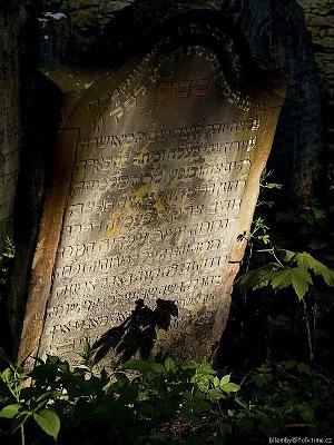 Polož kamínek a vzpomeň! Vzpomeň těch, kteří byli lidé jako ty. Žili ve starostech i radosti, těšili se z maličkostí a trpěli bezprávím. I oni se obávali chvíle posledního dne. Bohužel pro většinu Židů ten den přišel nečekaně a zbytečně brzo. Z každého kouta k nám směřuje výzva: Že tam, kde jsme my, byli i oni. A kde jsou oni, budeme i my a budeme si rovni.