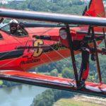Letošní Aviatickou pouť v Pardubicích ozvláštní žena pohybující se po křídle dvouplošníku